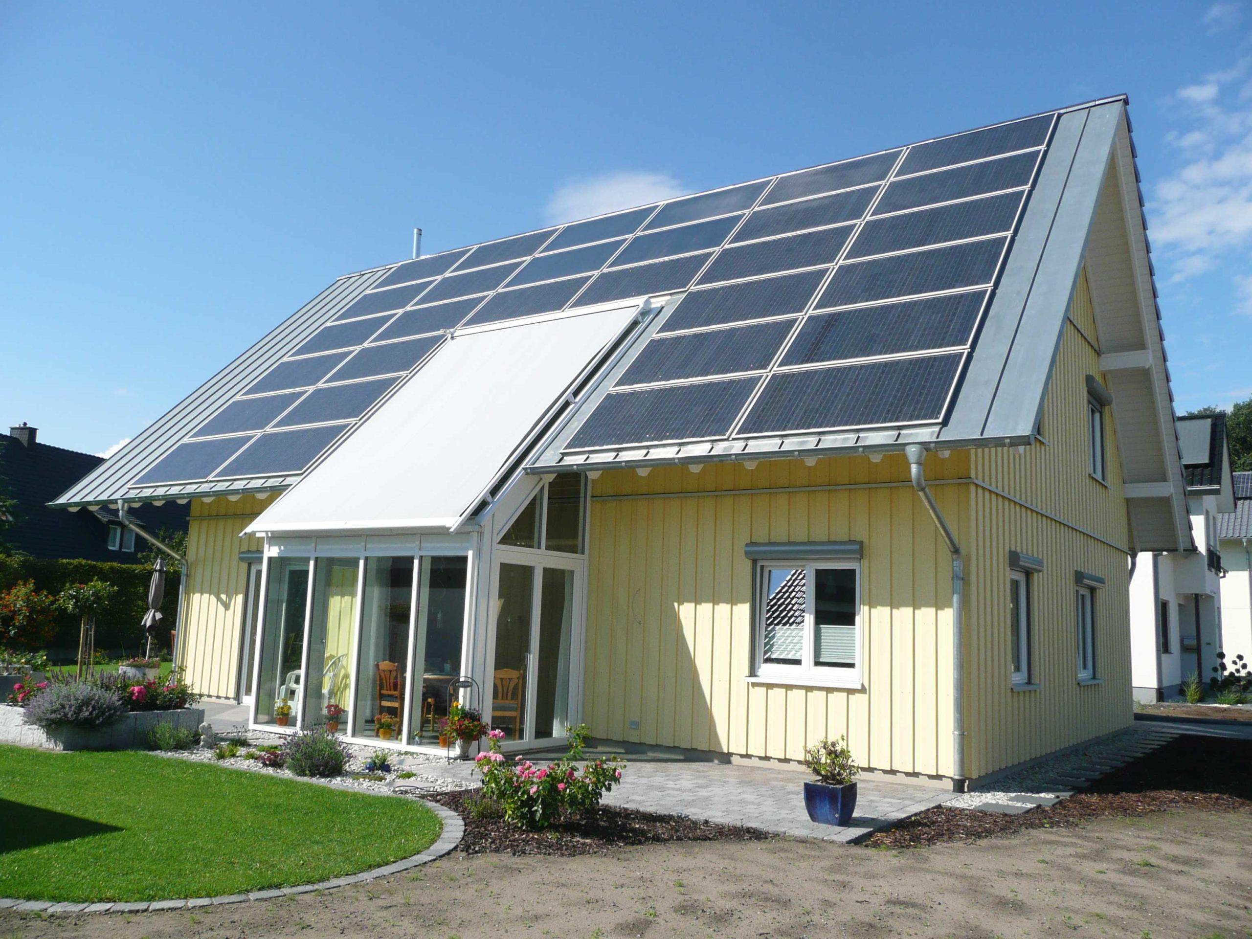 Holzhaus, Holzfassade, In-Dach-PV-Anlage, Wintergarten