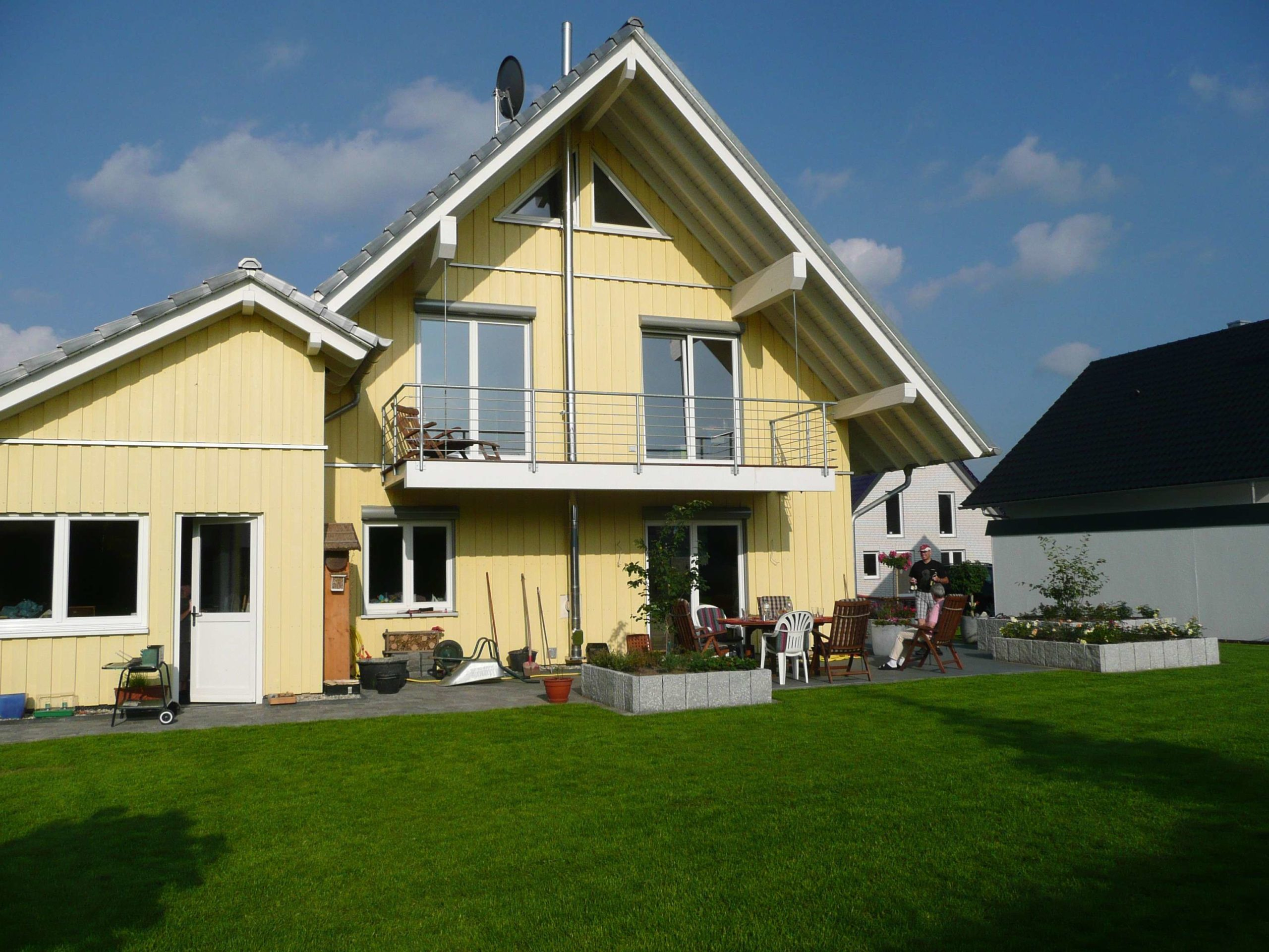 Holzhaus, aufgehängter Balkon, Balkonüberdachung, Holzfassade