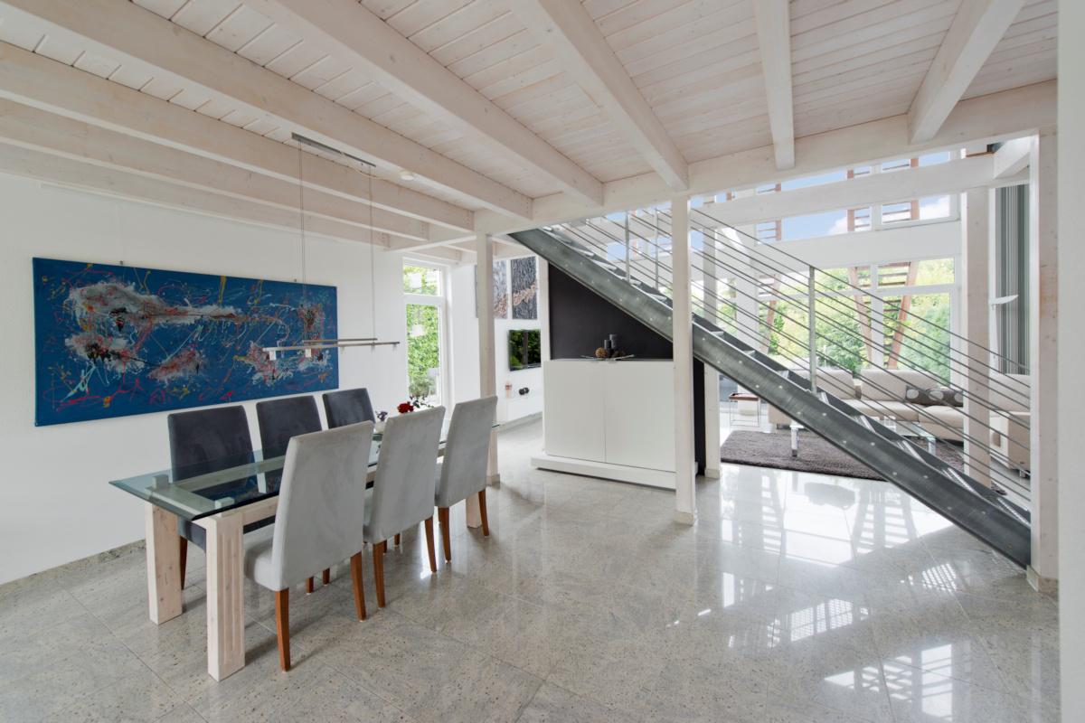 individuelles Holzhaus, Holzbalkendecke lasiert, Stahltreppe