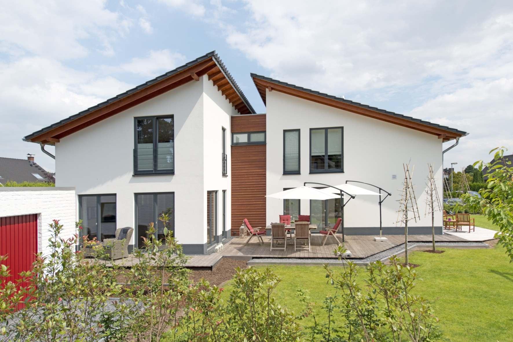 individuelles Fertighaus, Mehrgenerationenhaus Pultdach, Putzfassade, Holzfassade