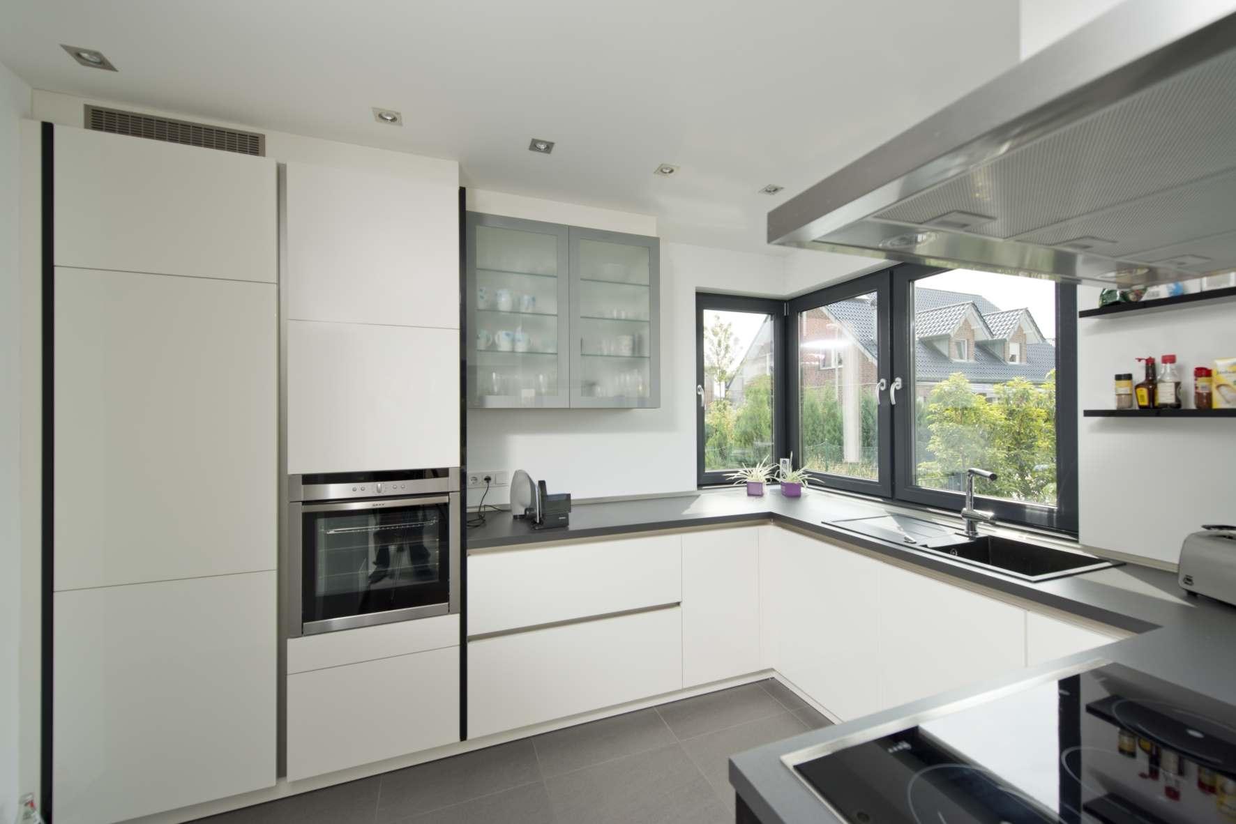 modernes Holzhaus, 2-geschossig, Küche mit Eckfenster