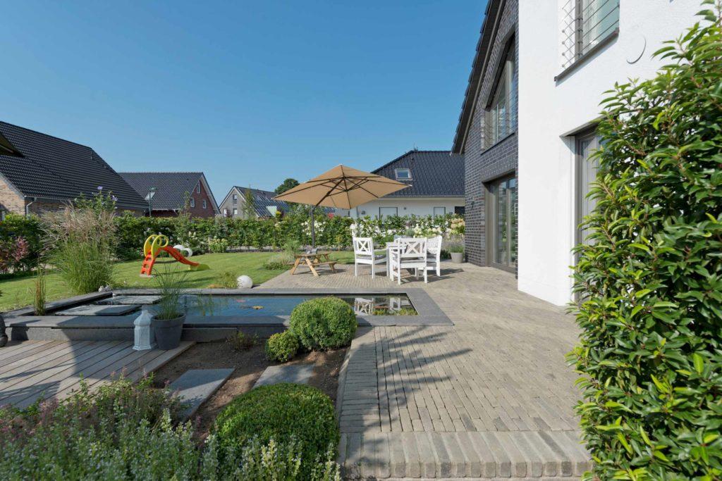 individuelles Holzhaus, Klinkerfassade, Putzfassade, Terrasse,