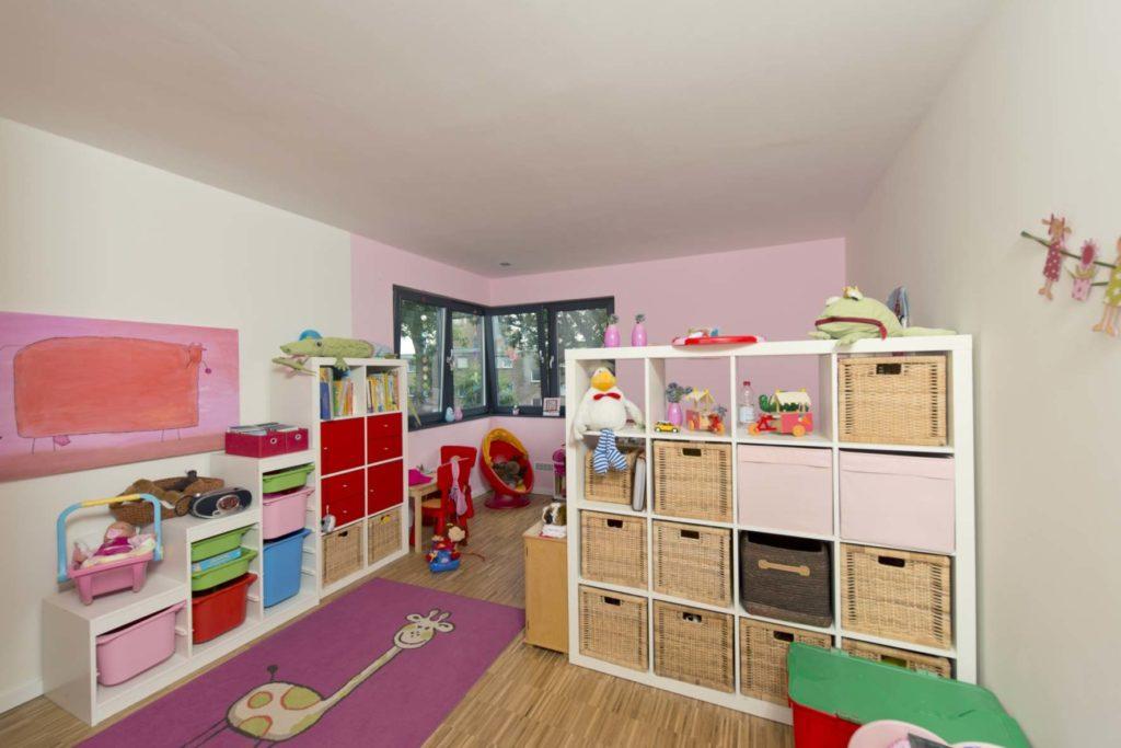 individuelles Fertighaus als Flachdachbungalow, Kinderzimmer