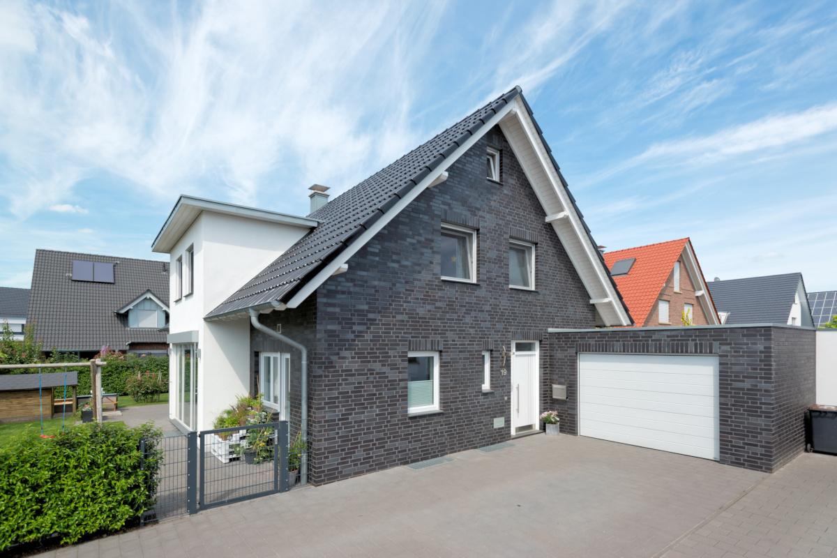 Holzhaus, mit Klinkerfassade, Satteldach, Zwerchgiebel