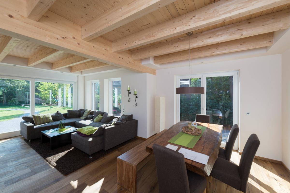 Individuelles Fertighaus, Wohnen, Holzbalkendecke