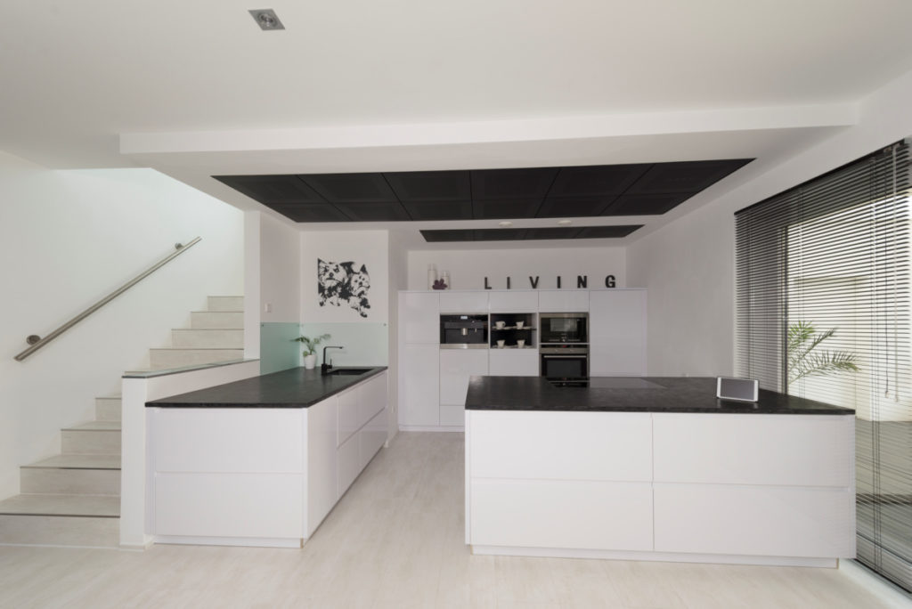 individuelles Fertighaus als Doppelhaus, Küche mit Kochinsel