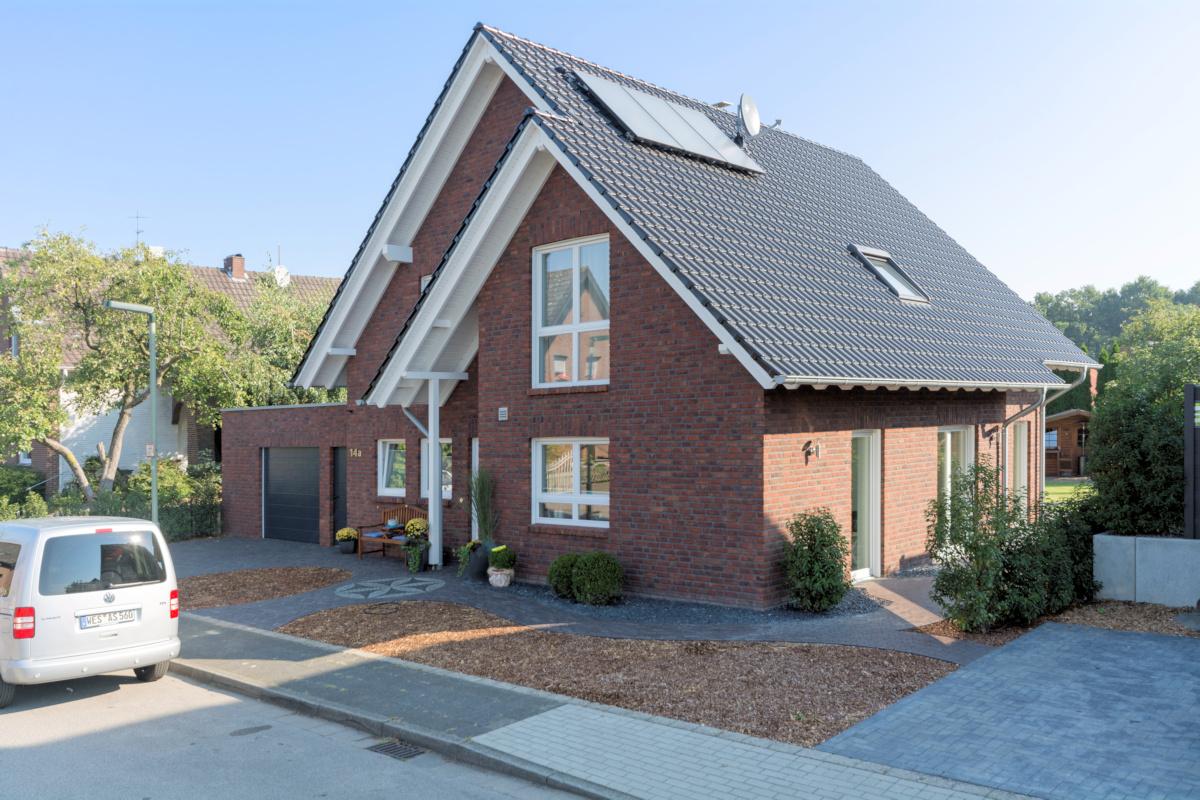 Holzhaus mit Kinkerfassade, Solarkollektoren