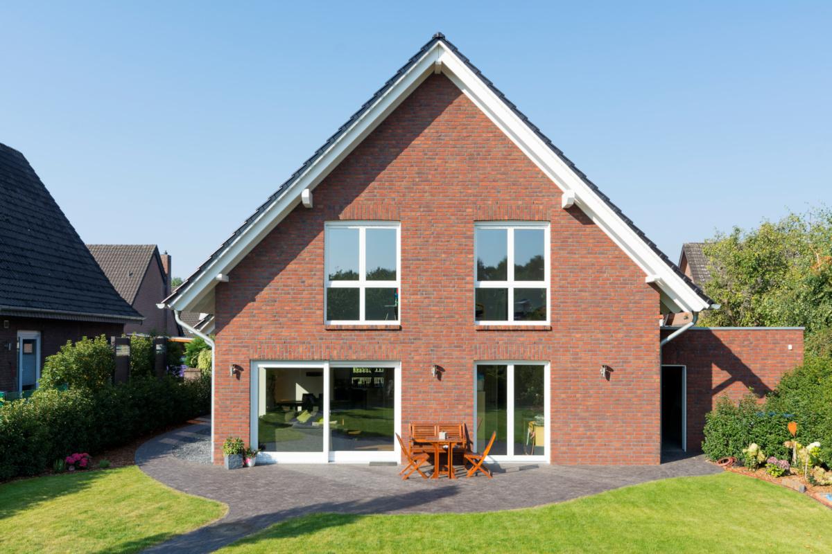 Holzhaus mit Kinkerfassade, bodentiefe Fenster