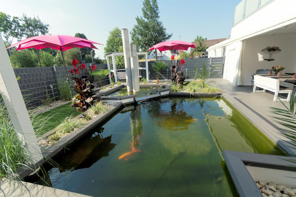 individuelles Fertighaus als Doppelhaus mit Satteldach, Gartenteich