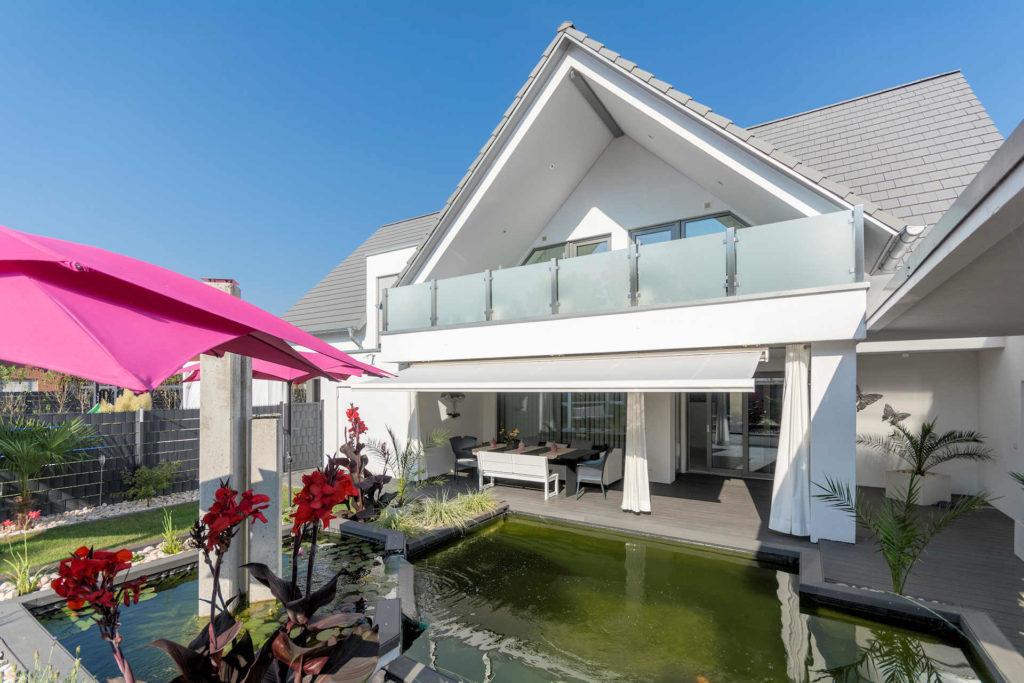 individuelles Fertighaus als Doppelhaus mit Satteldach, Balkon mit Glasbrüstung