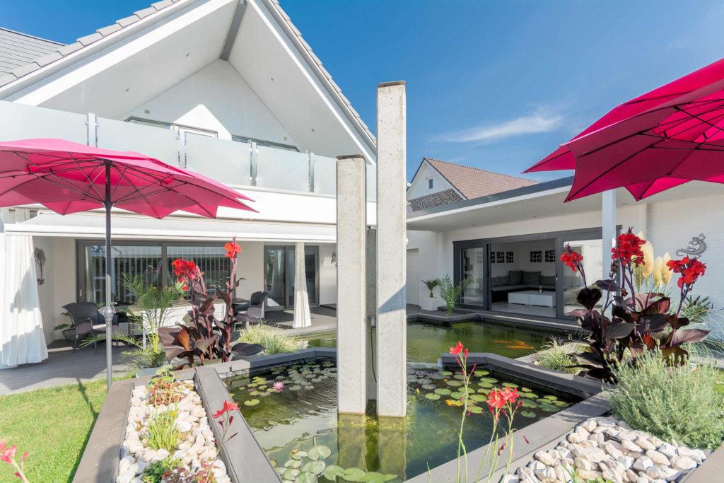 individuelles Fertighaus als Doppelhaus mit Satteldach, Balkon