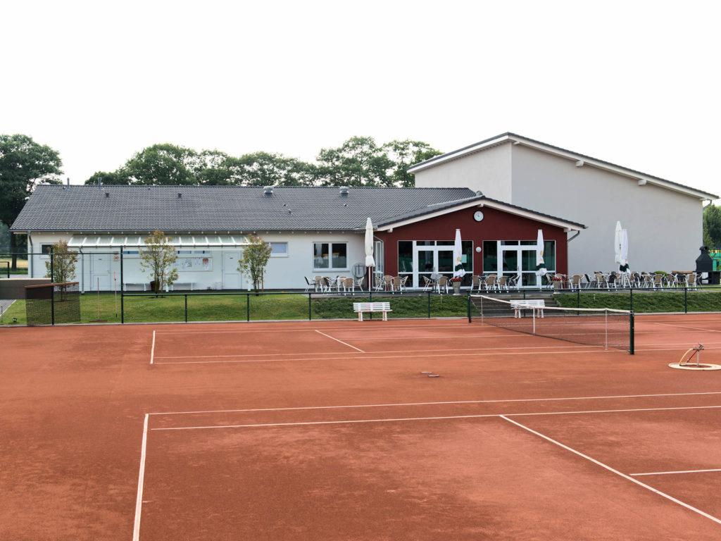 Tennisplatz der Sportanlage mit Halle, Sanitäranlage und Clubraum von Kampshoff GmbH