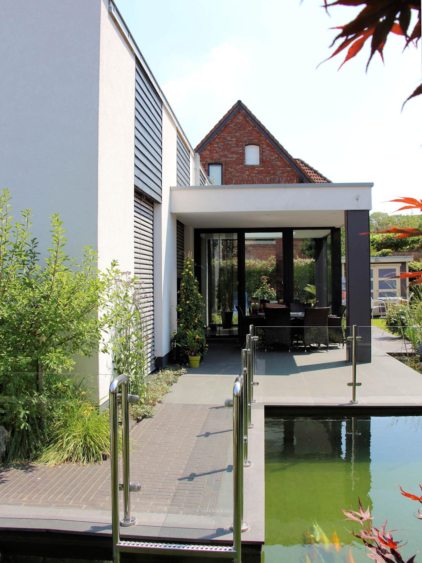 Holzhaus mit Putzfassade, Terrassenüberdachung