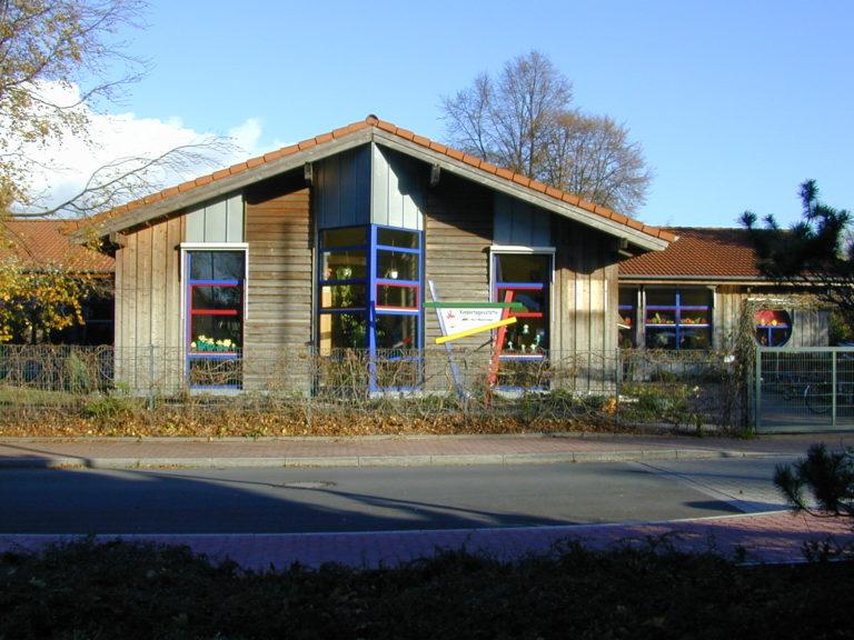 Kindertagesstätte in Holzbauweise vergraute Holzfassade