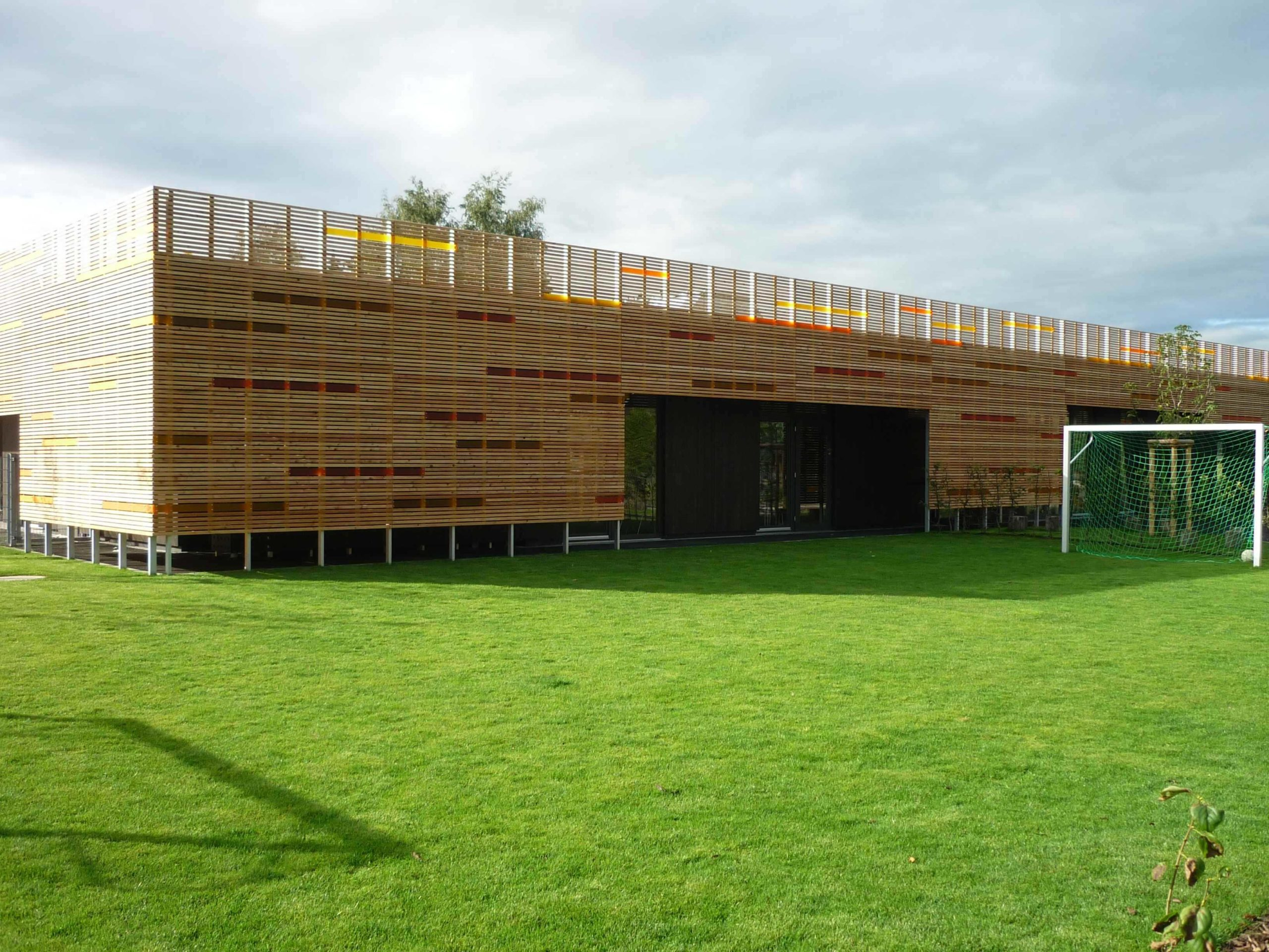 KiTa in Holzbauweise, vorgehängte Holzleistenfassade