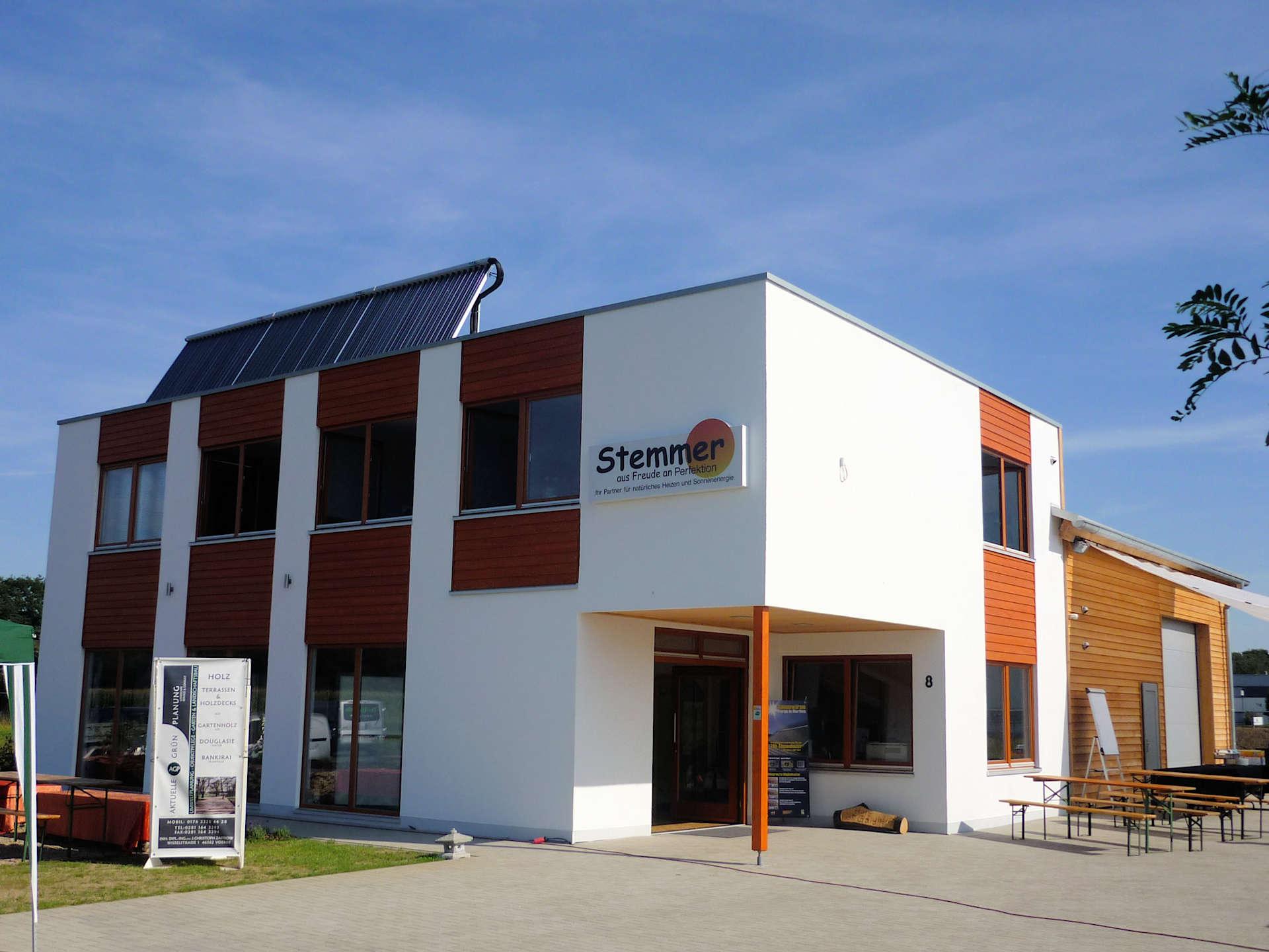 Bürogebäude mit Ausstellung und Lager in Holzbauweise