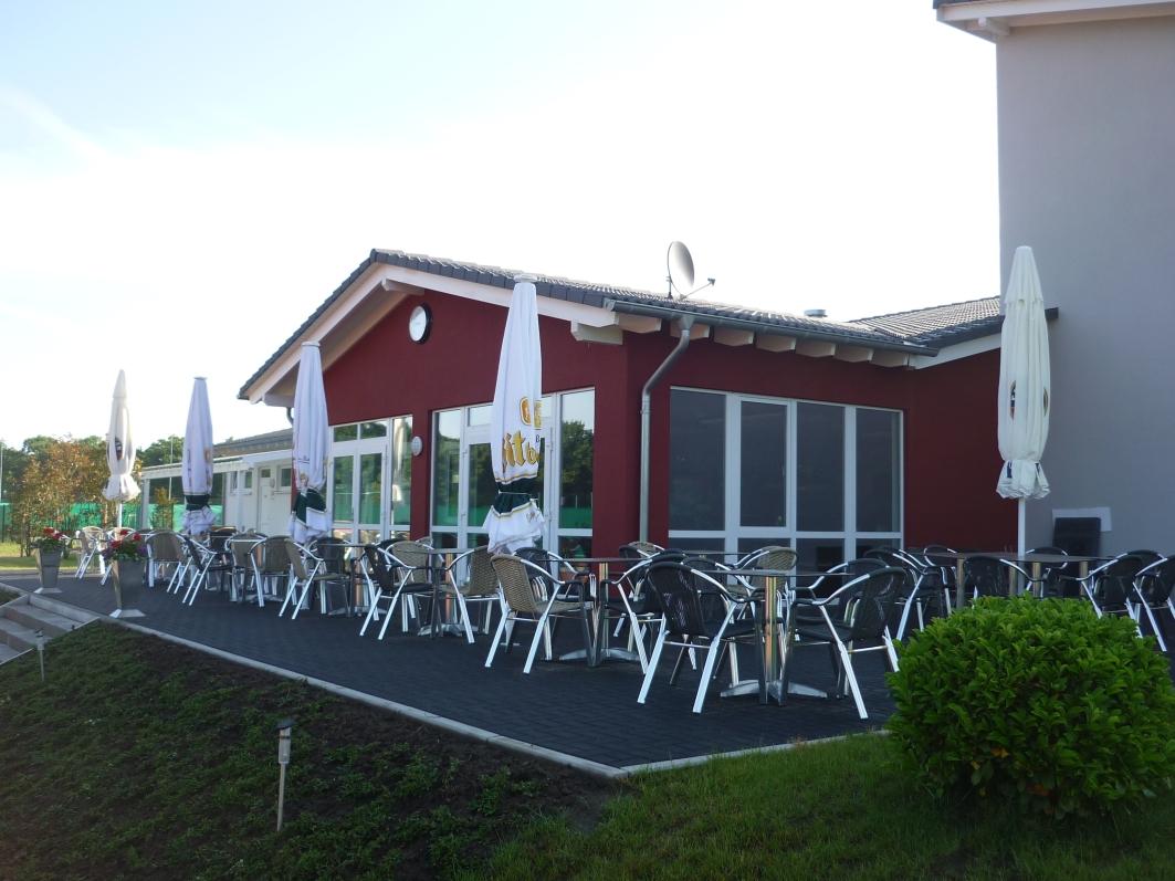 Terrasse einer Sportanlage mit Halle, Sanitäranlage und Clubraum von Kampshoff GmbH