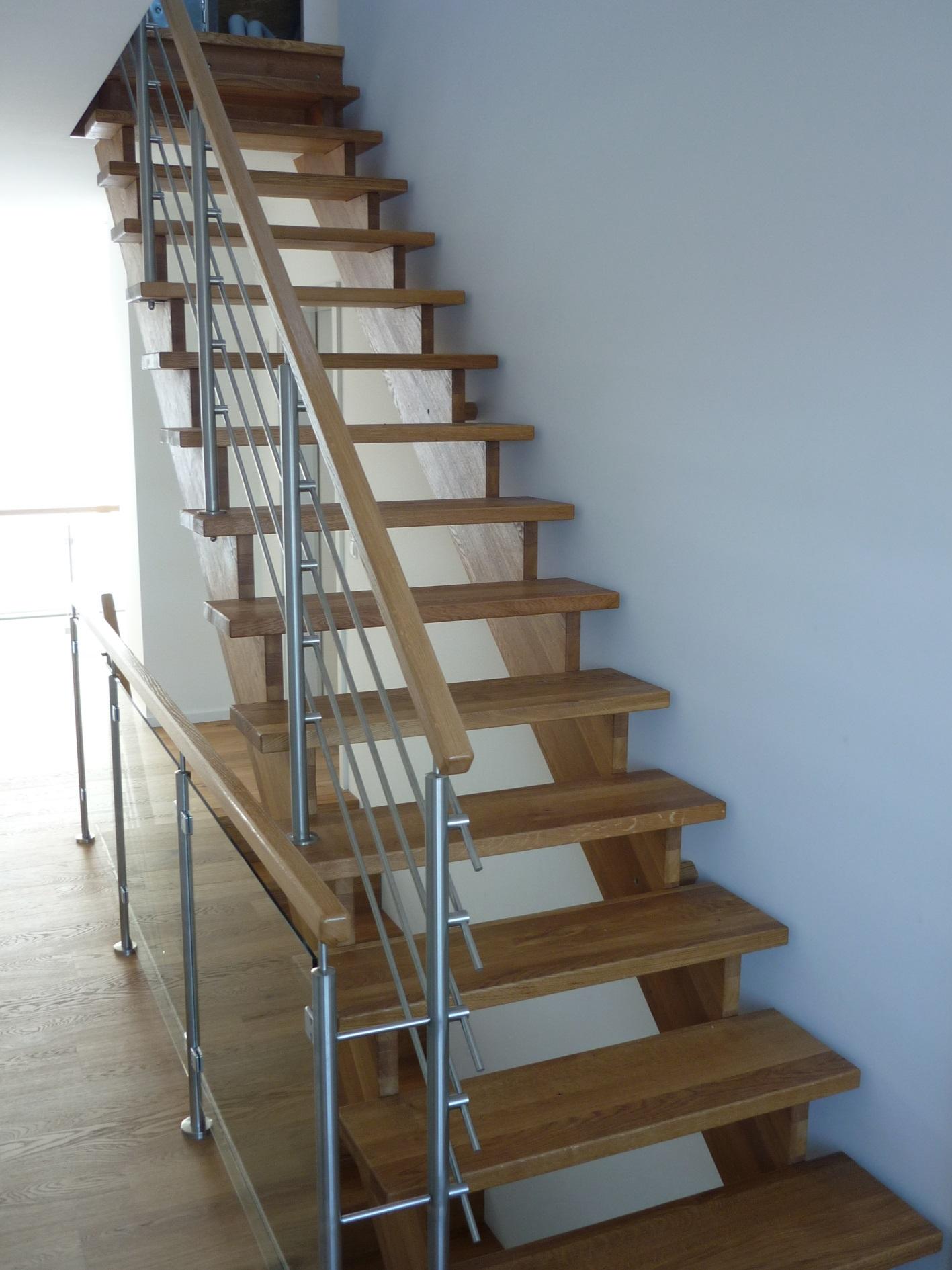 aufgesattelte Treppe Eiche offen mit Relinggeländer