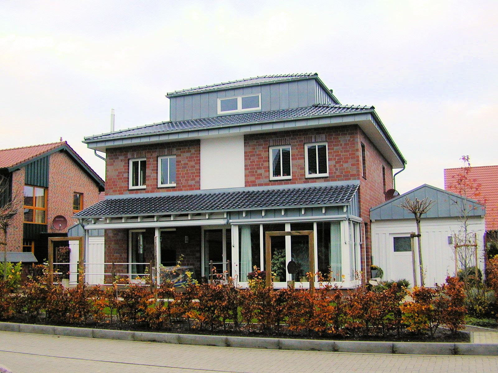 individuelles Holzhaus, verklinkert, 2-geschossig mit Walmdach, Dachreiter Wintergarten