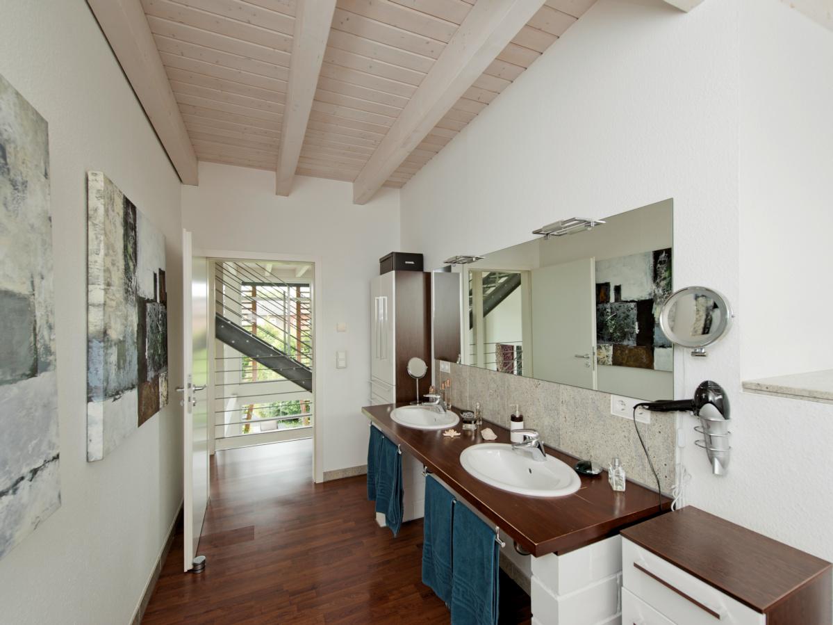 individuelles Holzhaus, Balkendecke sichtbar lasiert, Badezimmer