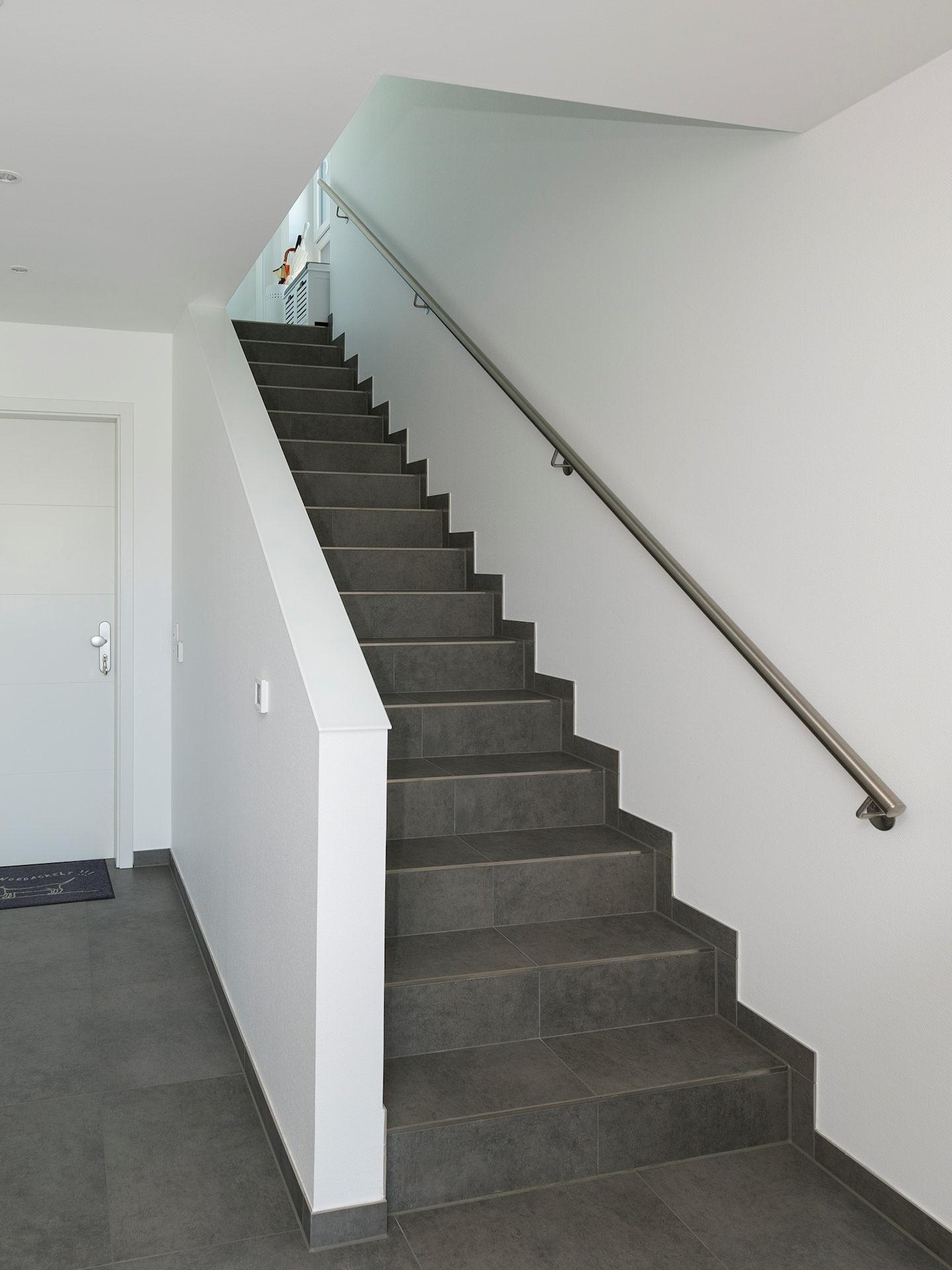 Falttreppe aus Steingut, Geländer als Wandelement