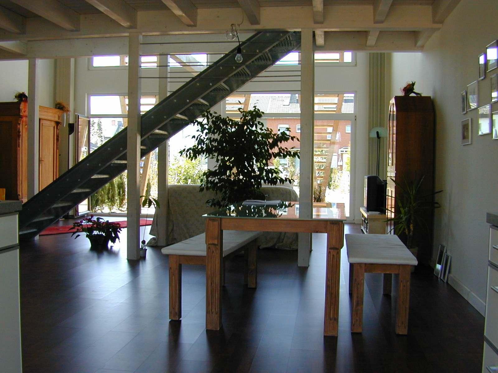 individuelles Holzhaus, großzügiges Wonhzimmer, Lichthof, Galerie