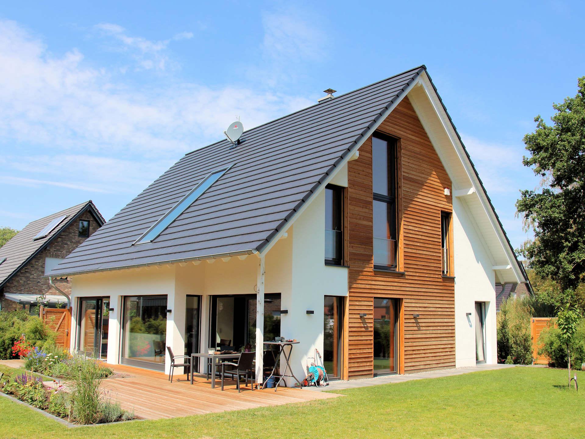 Effizienzhaus, individuelles Fertighaus, Wohnhaus mit Putzfassade, Stülpschalung, Satteldach