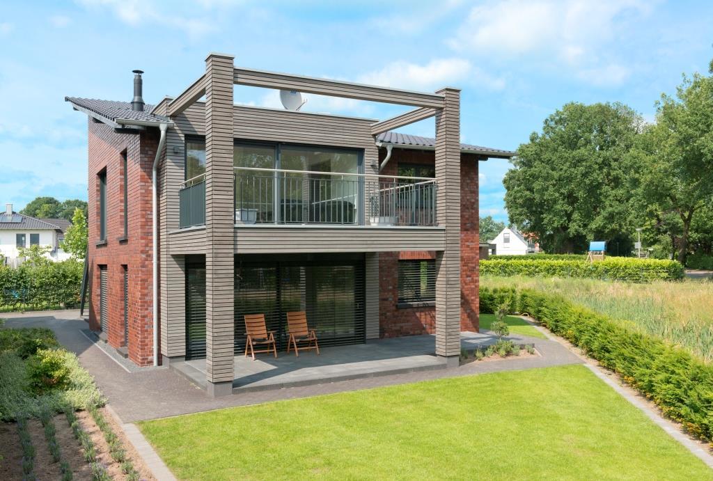 Holzhaus mit Klinkerfassade, Balkonanlage mit Terrassenüberdachung