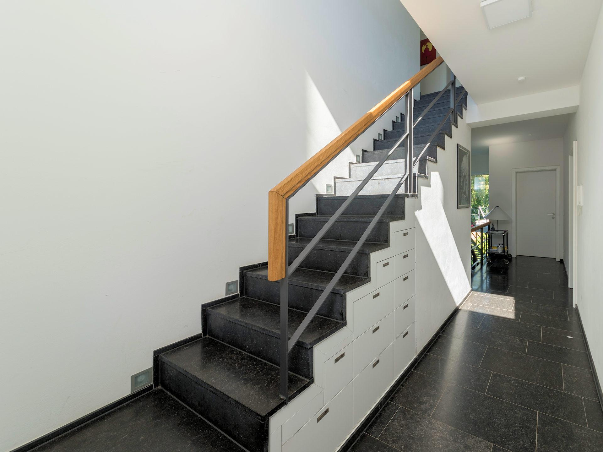Falttreppe aus Steingut mit Schubladen-Unterbau