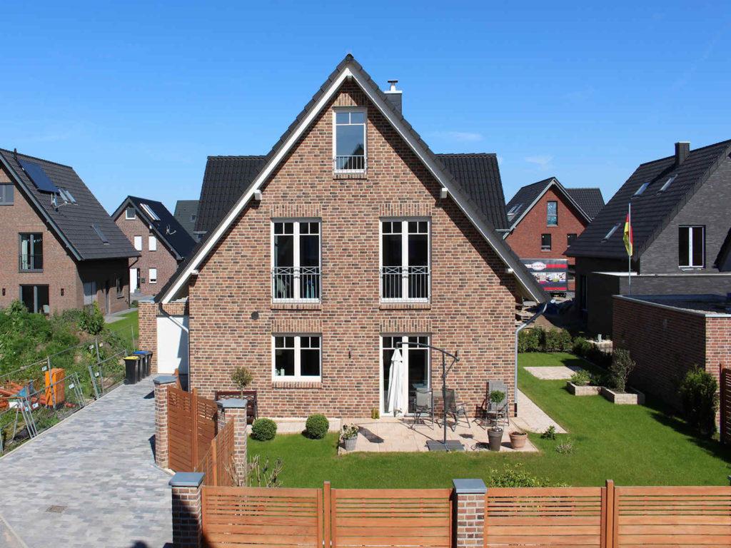 Holzhaus, Klinkerfassade, Sprossenfenster