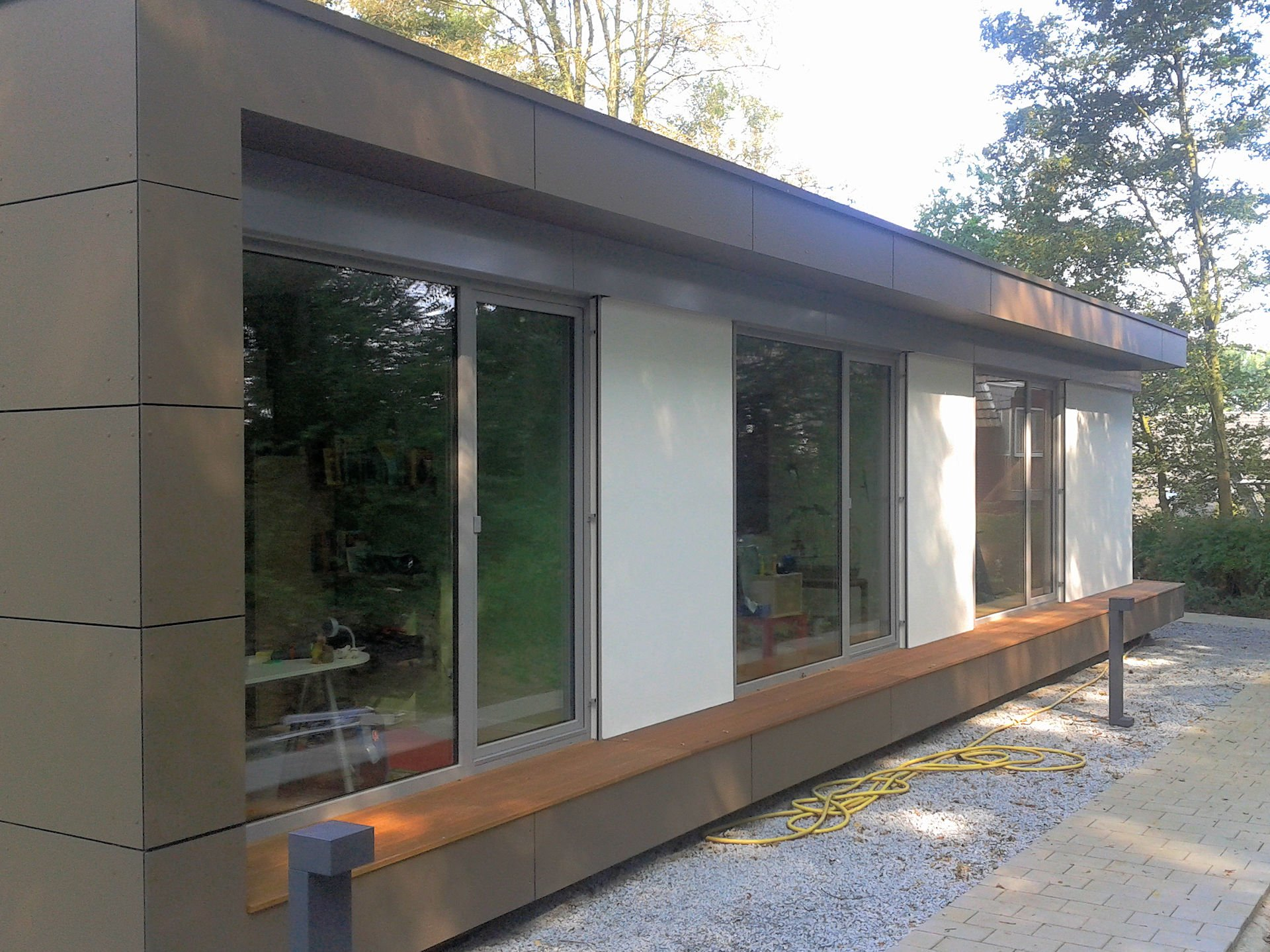 moderer Flachdachbungalow mit bodentiefen Fensterelementen