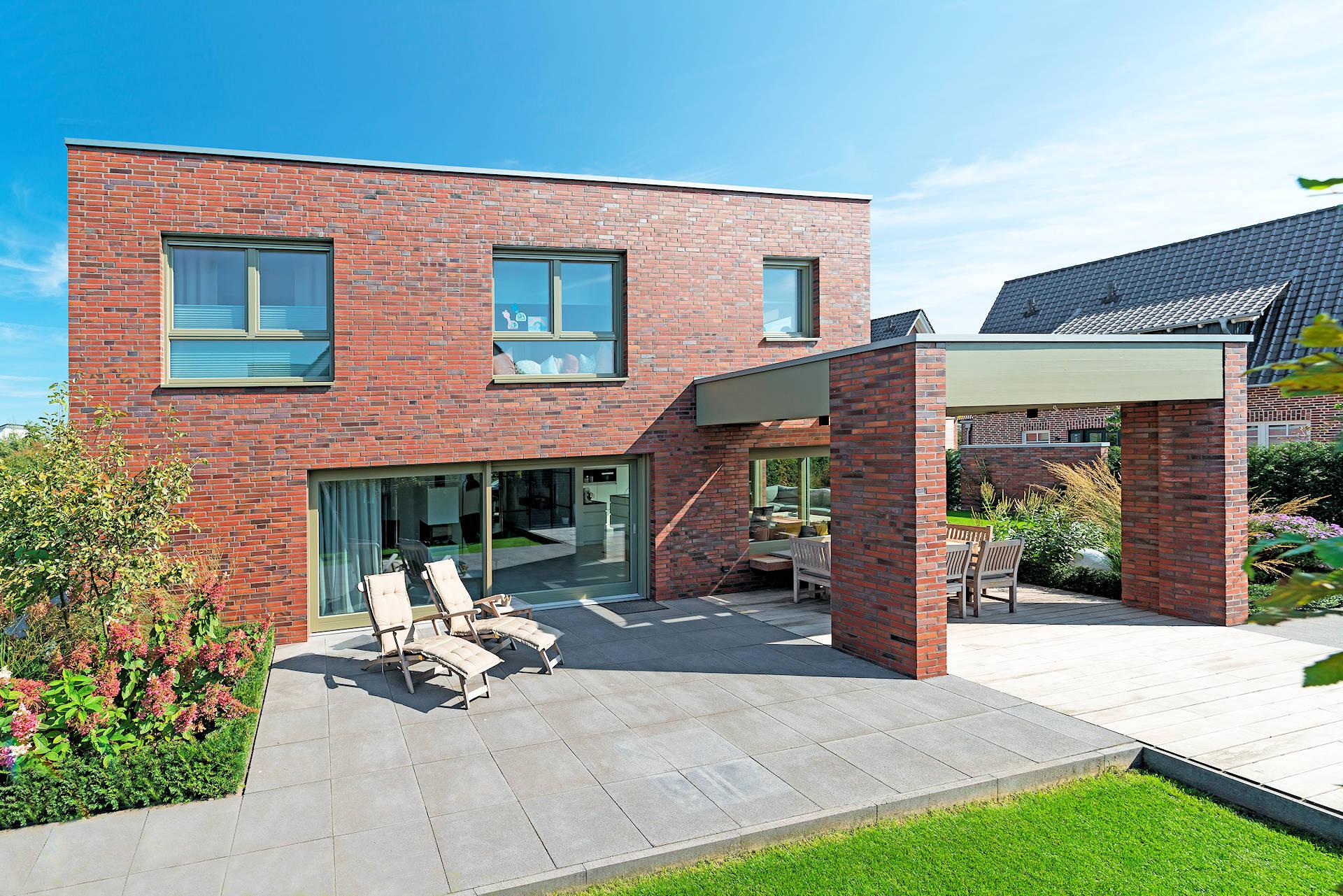 modernes Holzhaus mit Kinkerfassade, 2-geschossig, Terrassenüberdachung