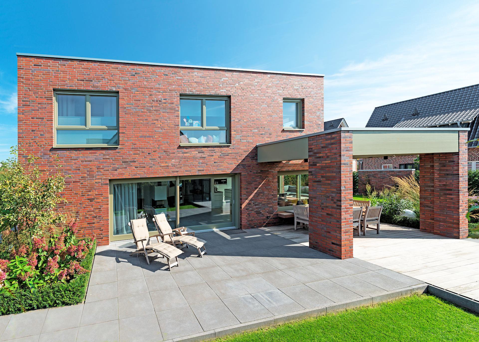 Modernes Holzhaus mit Klinkerfassade und Flachdach