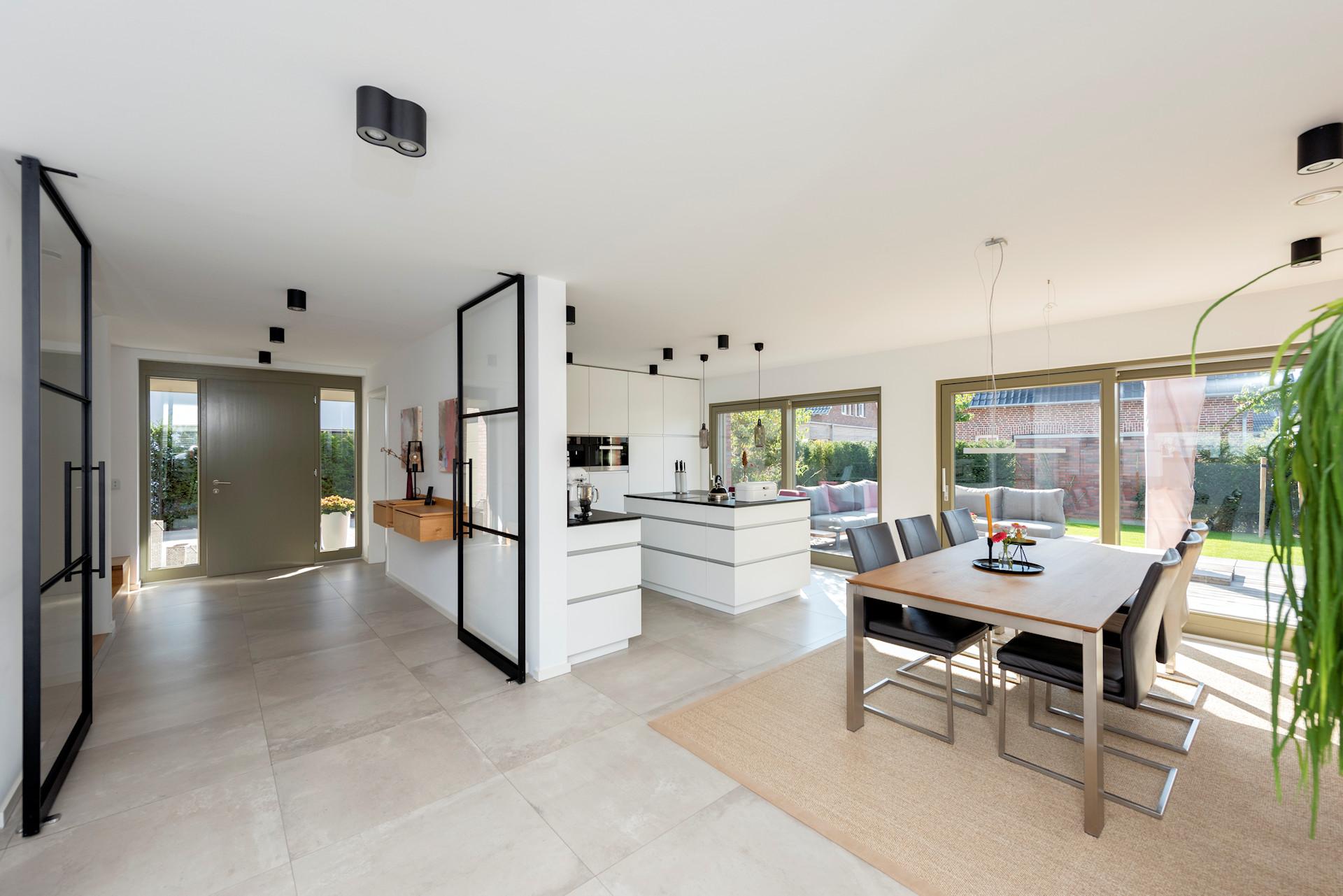 modernes Holzhaus, 2-geschossig, bodentiefe Fensteranlagen