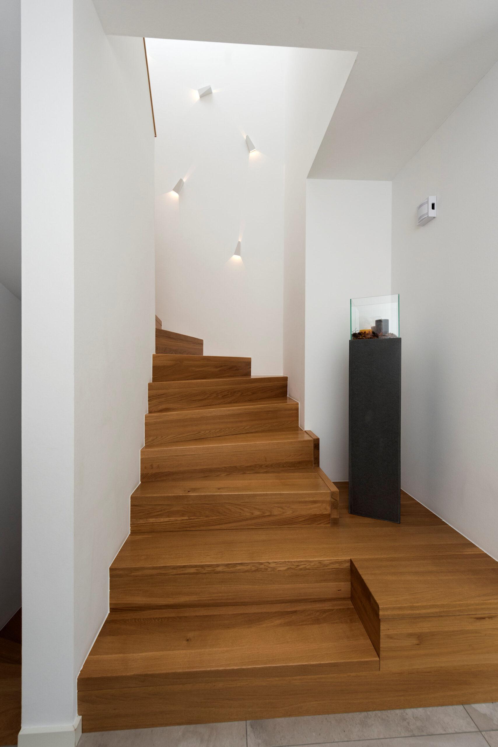 modernes Holzhaus, 2-geschossig, Holztreppe Eiche massiv
