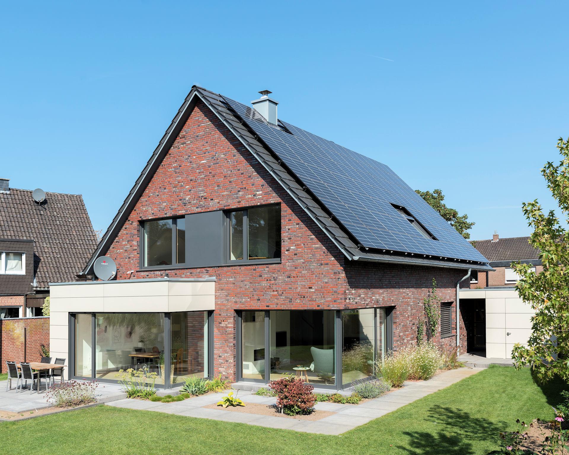 modernes Holzhaus mit Klinkerfassade