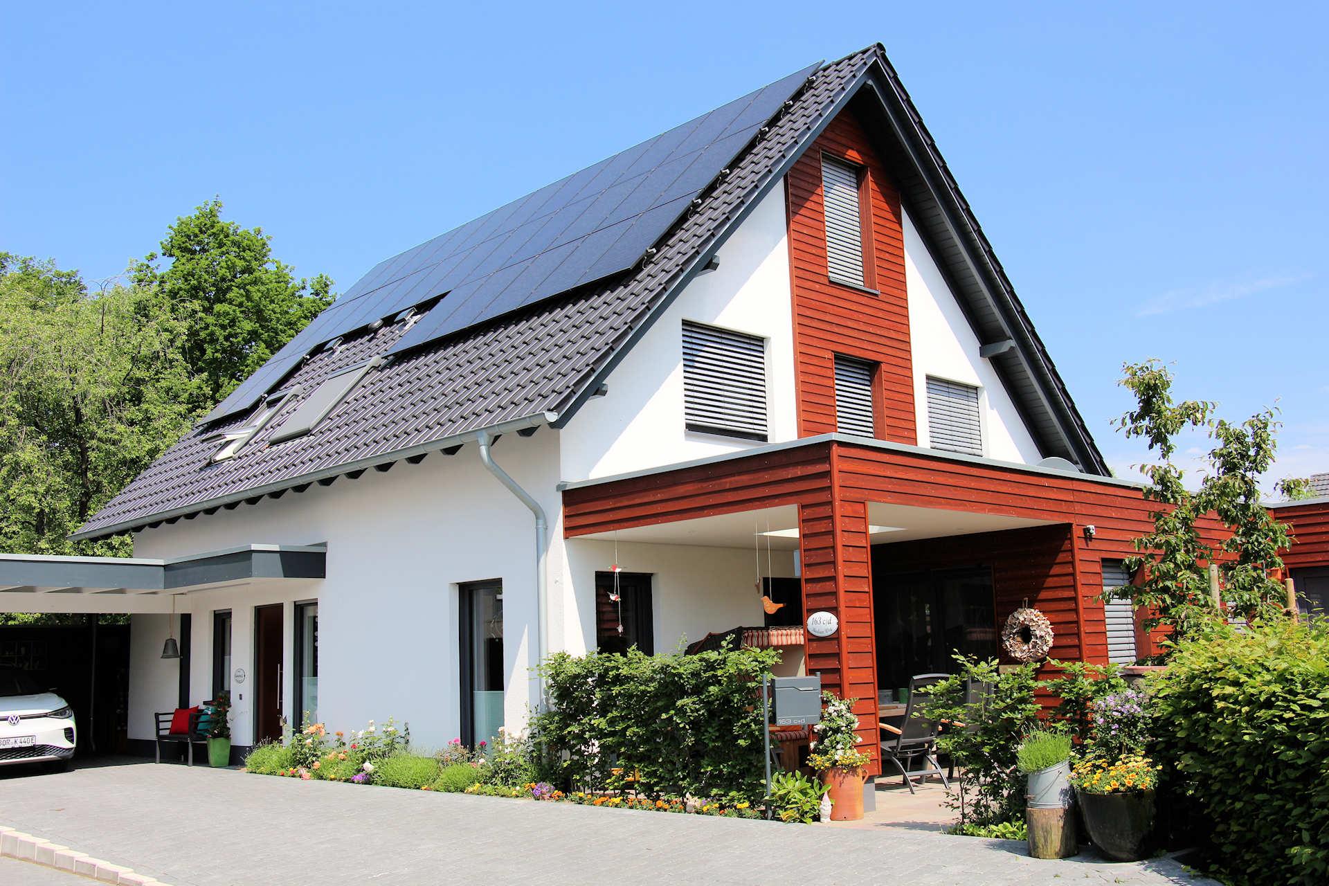 individuelles Wohnhaus mit Satteldach, Terrassenüberdachung