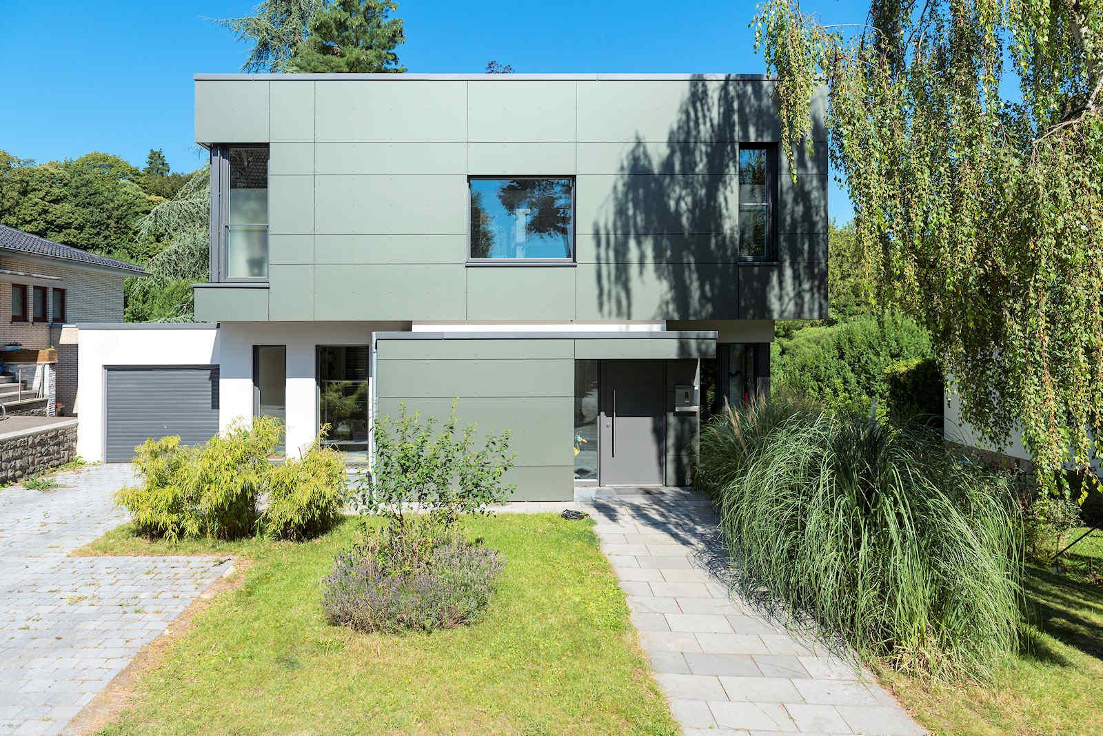 Passivhaus mit Fassade aus ebenen farbigen Platten