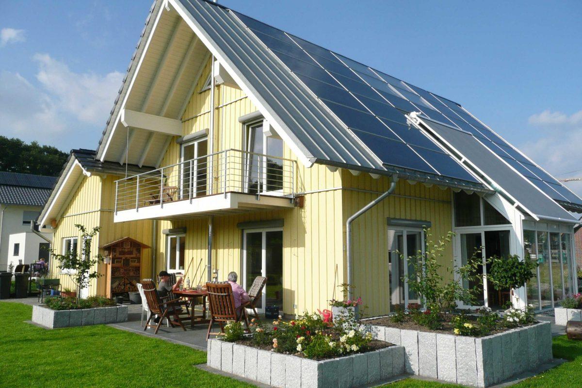 Holzhaus, aufgehängter Balkon, Balkonüberdachung, Holzfassade, In-Dach-PV-Anlage